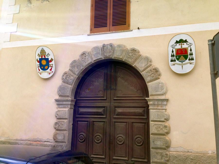 Lo stemma di Papa Francesco e di Mons. Ciro Miniero al palazzo vescovile di Vallo della Lucania