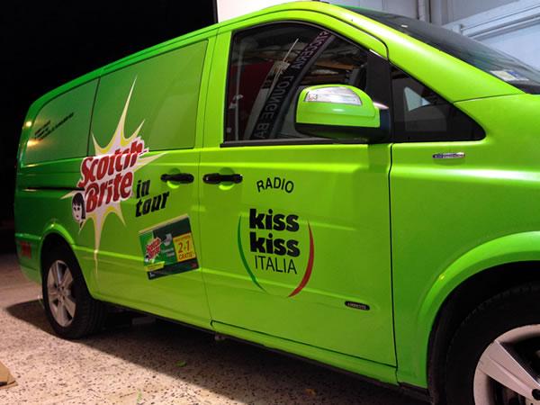 esplosione di colori per il tour kiss kiss e scotch brite